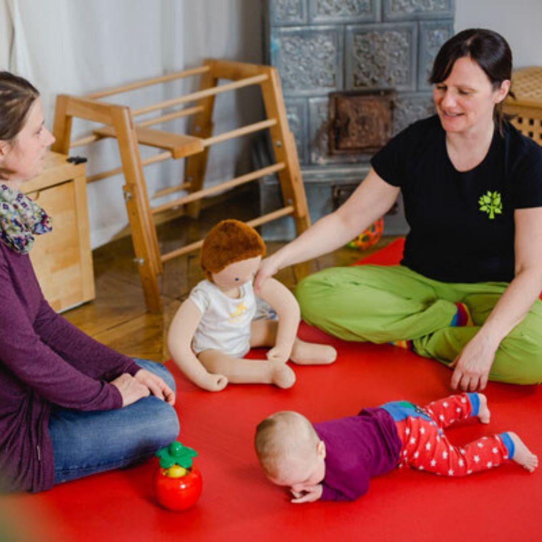 Kinderphysiotherapeutin Verena Schmalz mit Kind und Mutter
